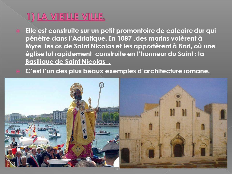 Elle est construite sur un petit promontoire de calcaire dur qui pénètre dans lAdriatique. En 1087,des marins volèrent à Myre les os de Saint Nicolas