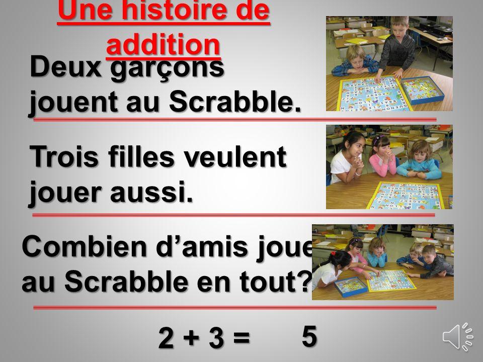 Trois filles veulent jouer aussi.Deux garçons jouent au Scrabble.