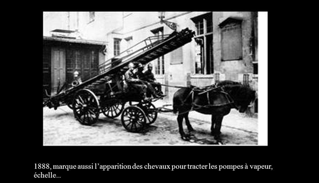 Le 10 Octobre 1699, le régiment fait lacquisition de sa première pompe à bras. Parallèlement, le tonneau sur roue est créé par le régiment, tiré par d