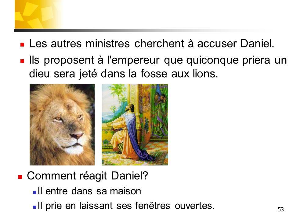 53 Les autres ministres cherchent à accuser Daniel. Ils proposent à l'empereur que quiconque priera un dieu sera jeté dans la fosse aux lions. Comment
