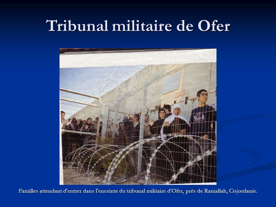 Tribunal militaire de Ofer Familles attendant d entrer dans l enceinte du tribunal militaire d Ofer, près de Ramallah, Cisjordanie.