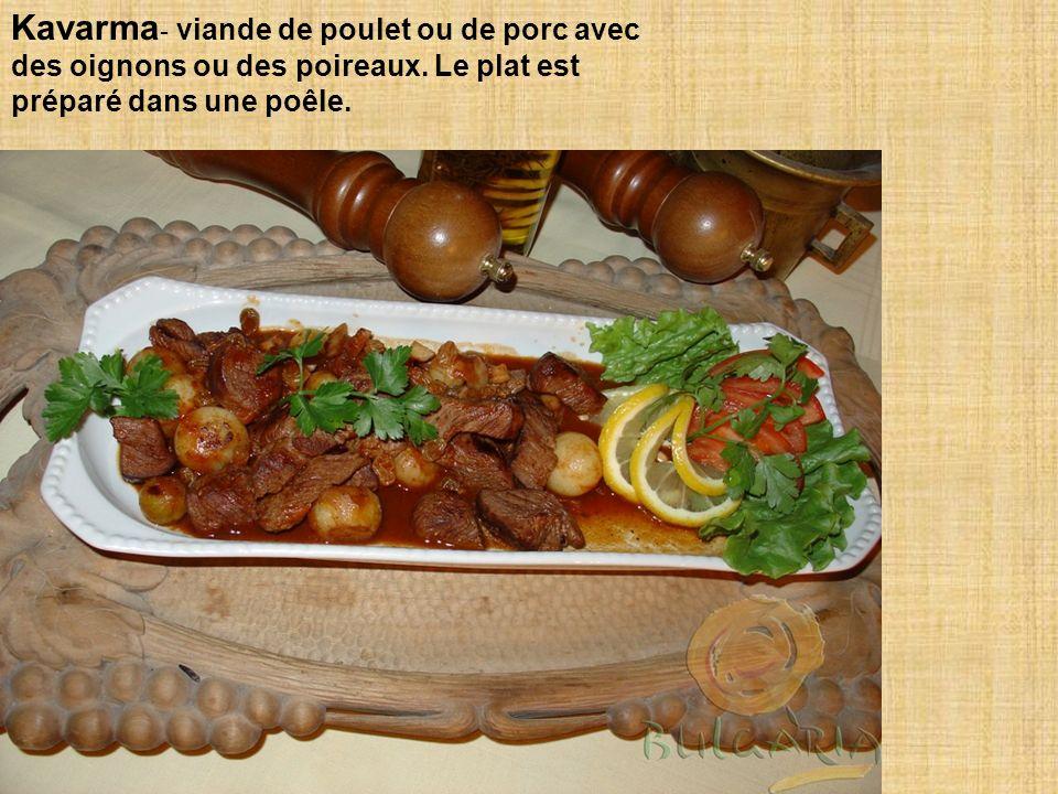 Kavarma - viande de poulet ou de porc avec des oignons ou des poireaux.