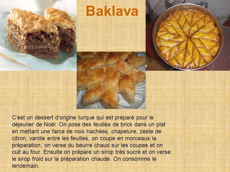 Baklava Cest un dessert dorigine turque qui est préparé pour le déjeuner de Noël.