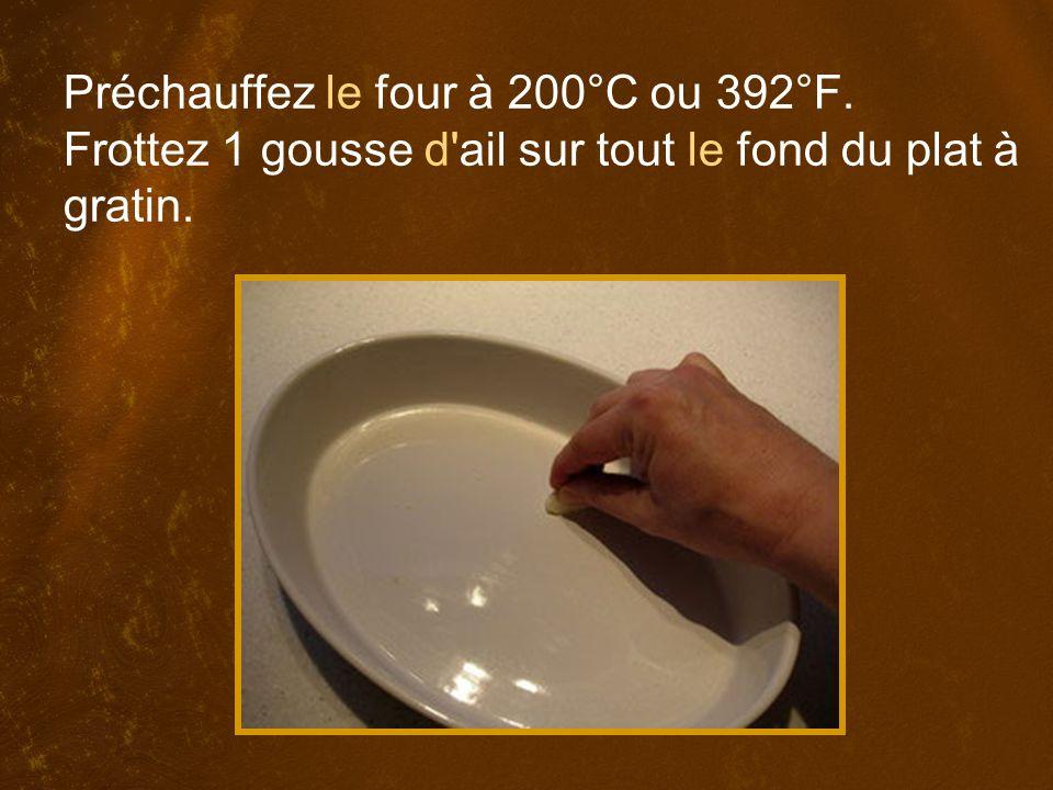 Préchauffez le four à 200°C ou 392°F. Frottez 1 gousse d ail sur tout le fond du plat à gratin.