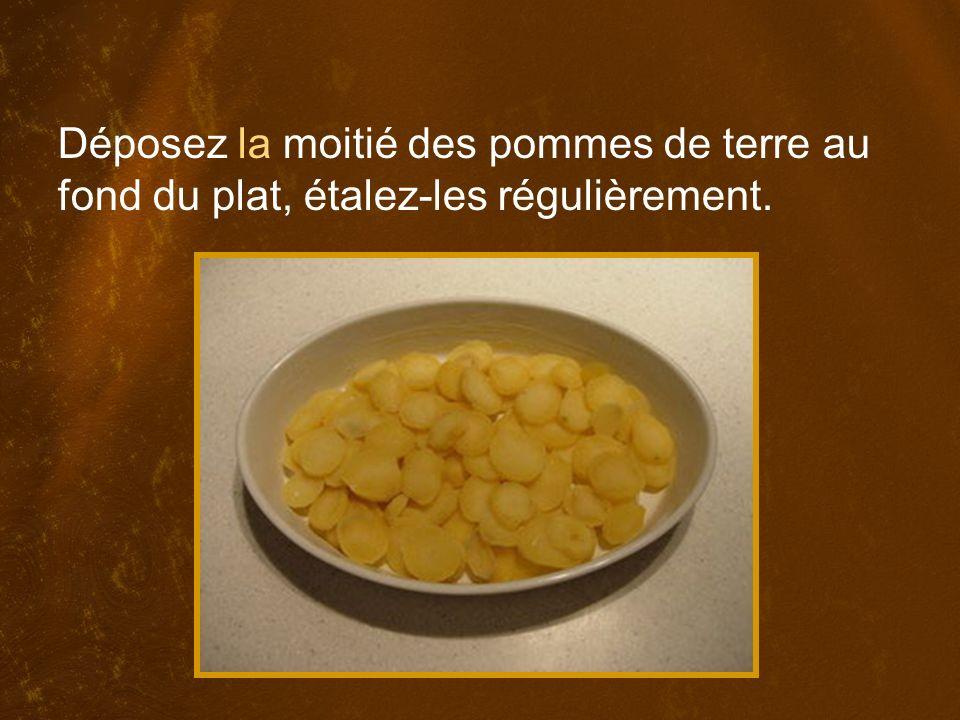 Déposez la moitié des pommes de terre au fond du plat, étalez-les régulièrement.