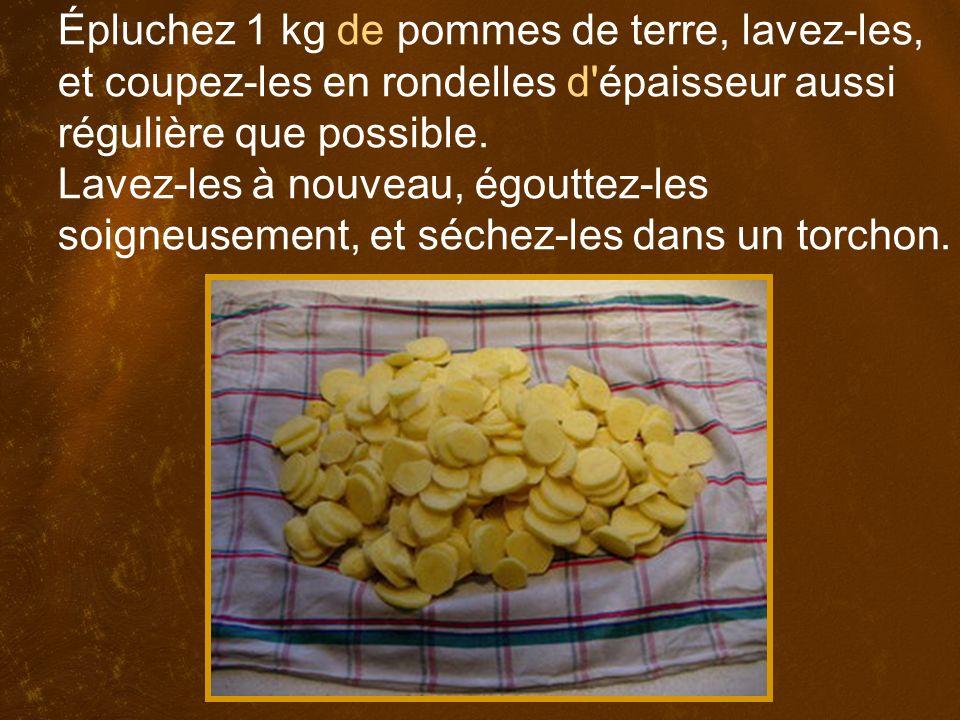 Épluchez 1 kg de pommes de terre, lavez-les, et coupez-les en rondelles d épaisseur aussi régulière que possible.