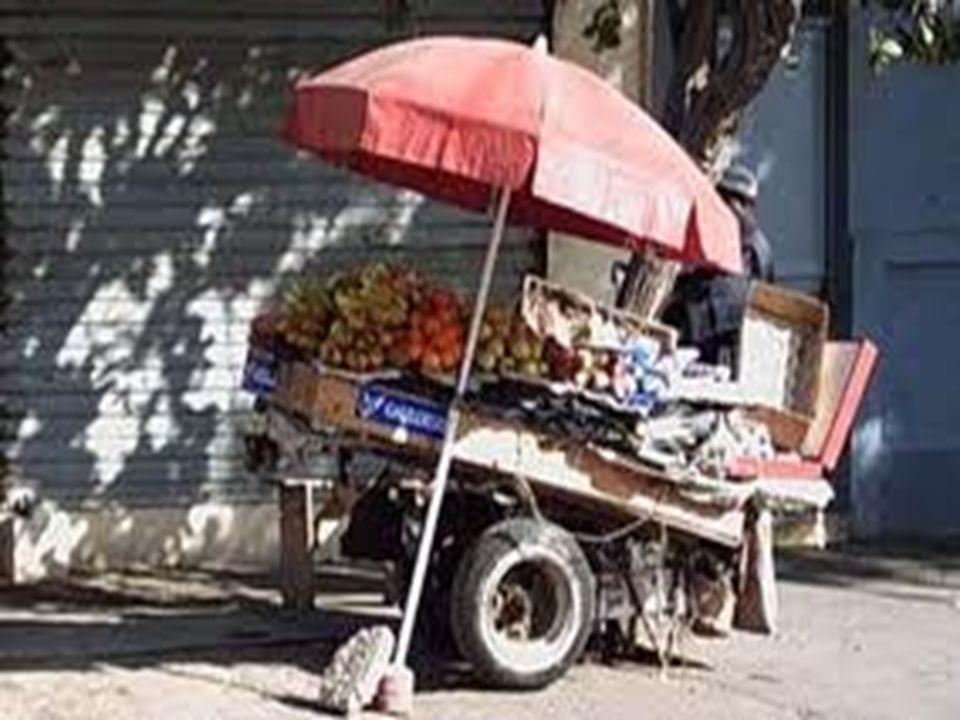 Le suicide historique Le 17 décembre 2010, on confisque les outils de travail (une charrette, des légumes et fruits et une balance) dun jeune marchand ambulant Essayant de plaider sa cause et d obtenir la restitution de son stock auprès de la municipalité et du gouvernorat, Bouazizi s y fait insulter et chasser, Humilié publiquement, désespéré, le jeune homme s immola par le feu devant le siège du gouvernorat