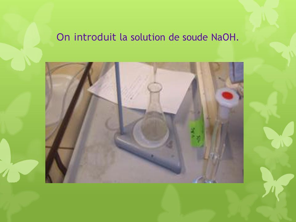 On introduit la solution de soude NaOH.