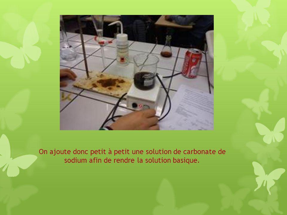 On ajoute donc petit à petit une solution de carbonate de sodium afin de rendre la solution basique.
