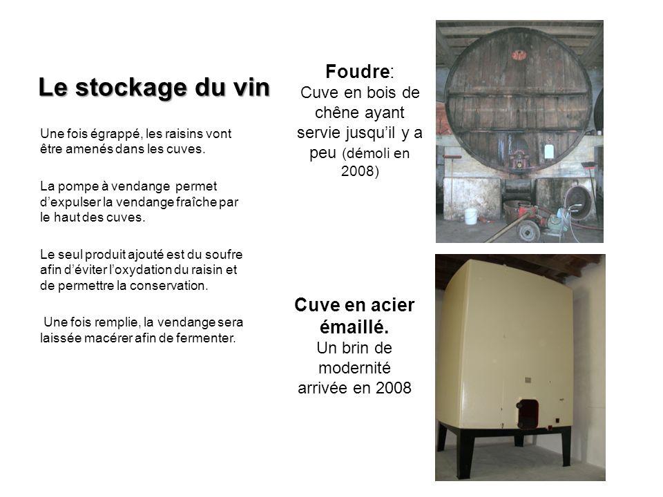Le stockage du vin Une fois égrappé, les raisins vont être amenés dans les cuves. La pompe à vendange permet dexpulser la vendange fraîche par le haut