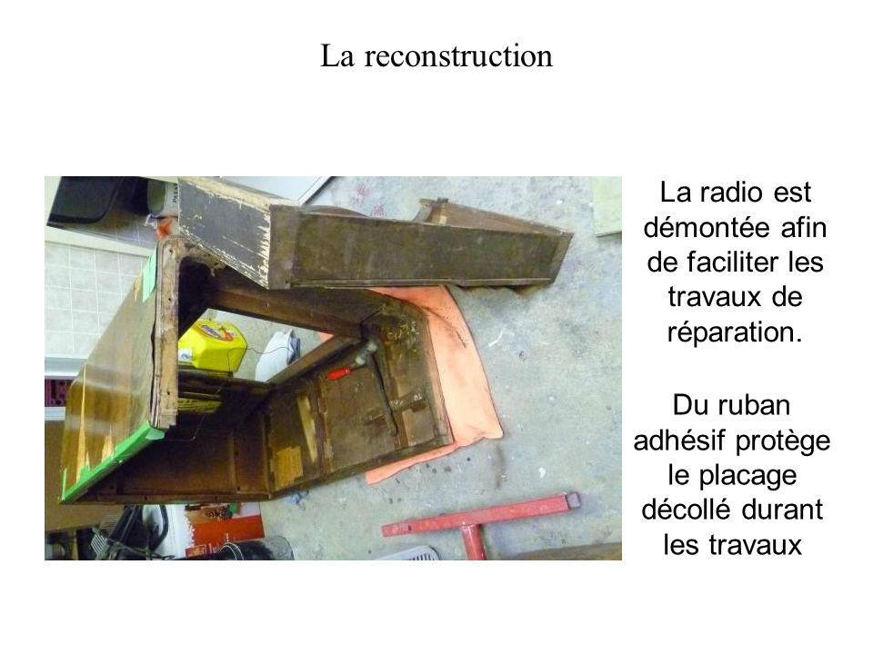 La radio est démontée afin de faciliter les travaux de réparation. La reconstruction Du ruban adhésif protège le placage décollé durant les travaux