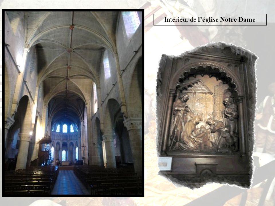 Léglise Notre-Dame de la fin XIe siècle, a été remaniée au XVIIe siècle, après les Guerres de Religion.