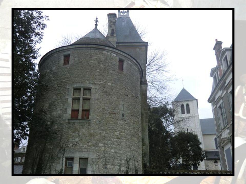 Tour du Diable Vestige de la première enceinte fortifiée de la ville (XI-XIIe siècle), la tour du Diable se situe à proximité de lancien port. Restaur
