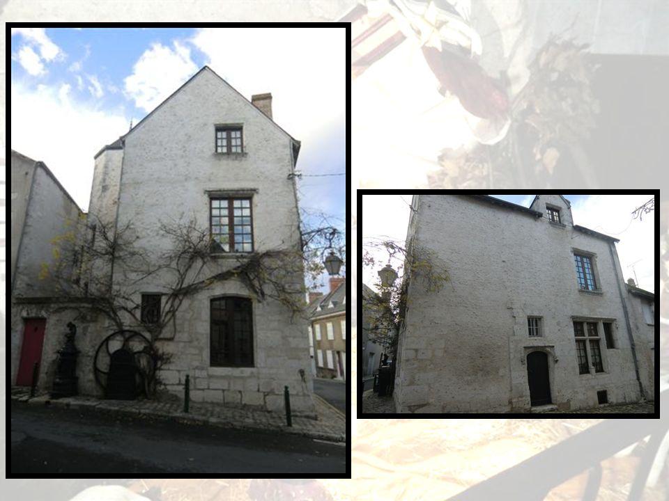 Très bel exemple de larchitecture civile de la Renaissance, lHôtel de Ville est construit vers 1526 en pierre calcaire tendre.