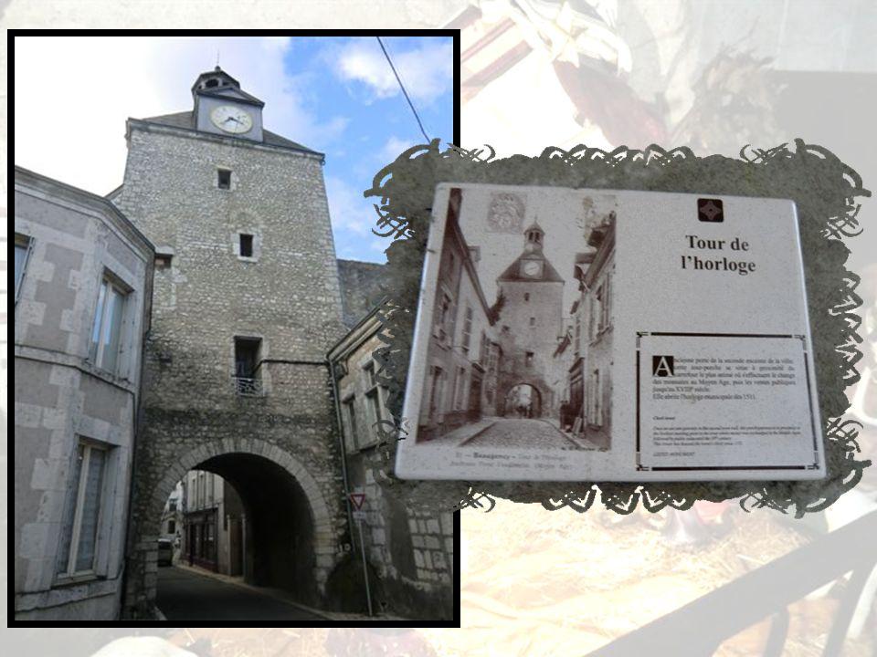 Tour de lHorloge *** Ancienne porte de la seconde enceinte de la ville, cette tour-porche est à proximité du carrefour le plus animé où seffectuent le change des monnaies au Moyen Age, puis les ventes publiques jusquau XVIIIe siècle.