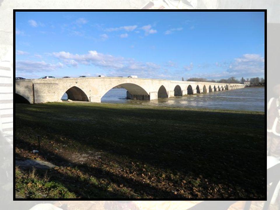 Le pont Ouvrage attesté depuis le XIIe siècle, souvent remanié, dont le franchissement donnait lieu à péage. Sur la troisième arche, se trouvait la ch