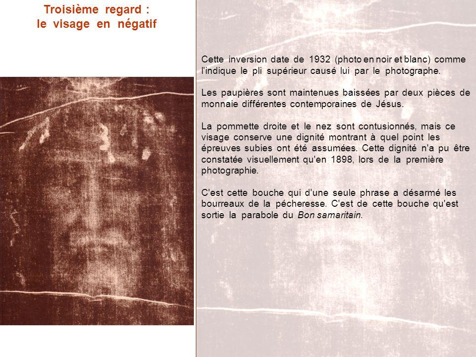 Troisième regard : le visage en négatif Cette inversion date de 1932 (photo en noir et blanc) comme l'indique le pli supérieur causé lui par le photog