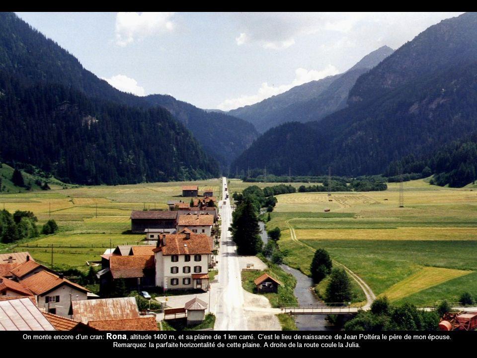 On monte encore dun cran: Rona, altitude 1400 m, et sa plaine de 1 km carré.