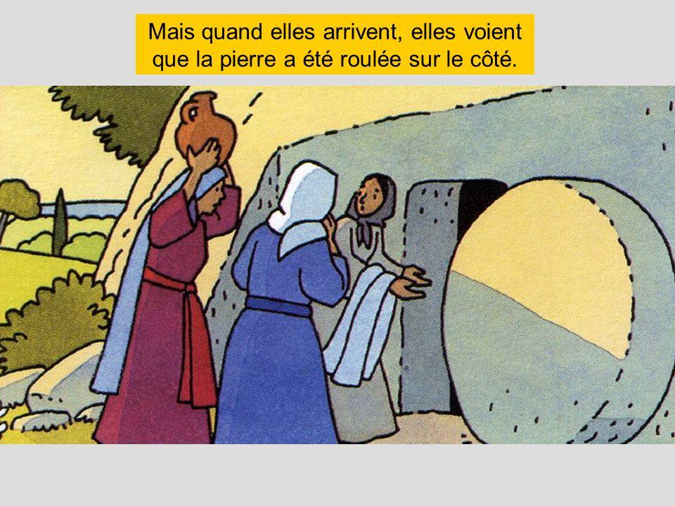 Mais quand elles arrivent, elles voient que la pierre a été roulée sur le côté.