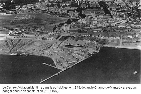 Le Centre dAviation Maritime dans le port dAlger en 1918, devant le Champ-de-Manœuvre, avec un hangar encore en construction (ARDHAN)