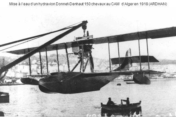 Mise à leau dun hydravion Donnet-Denhaut 150 chevaux au CAM dAlger en 1918 (ARDHAN)