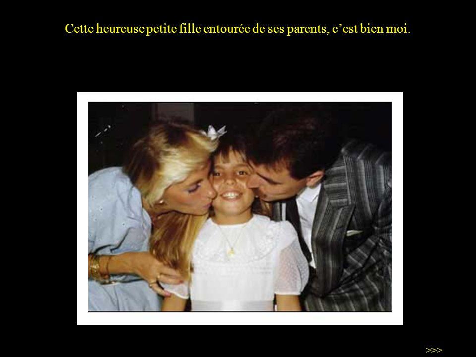 Cette heureuse petite fille entourée de ses parents, cest bien moi. >>>