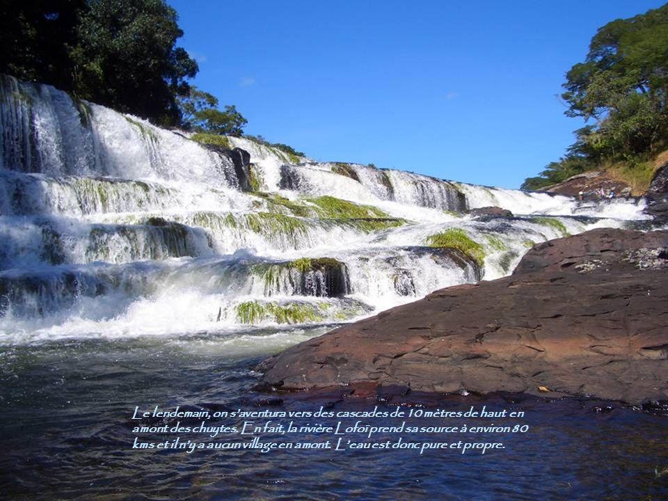 Le lendemain, on saventura vers des cascades de 10 mètres de haut en amont des chuytes. En fait, la rivière Lofoï prend sa source à environ 80 kms et