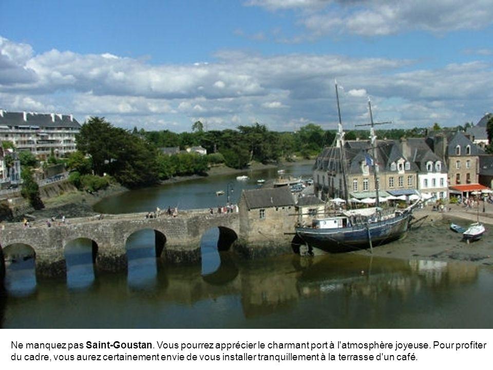 Une visite à Quistinic permet d'admirer le village ancien de Poul-Fétan, qui date du XVIe siècle. De nombreuses chapelles ponctuent également les envi