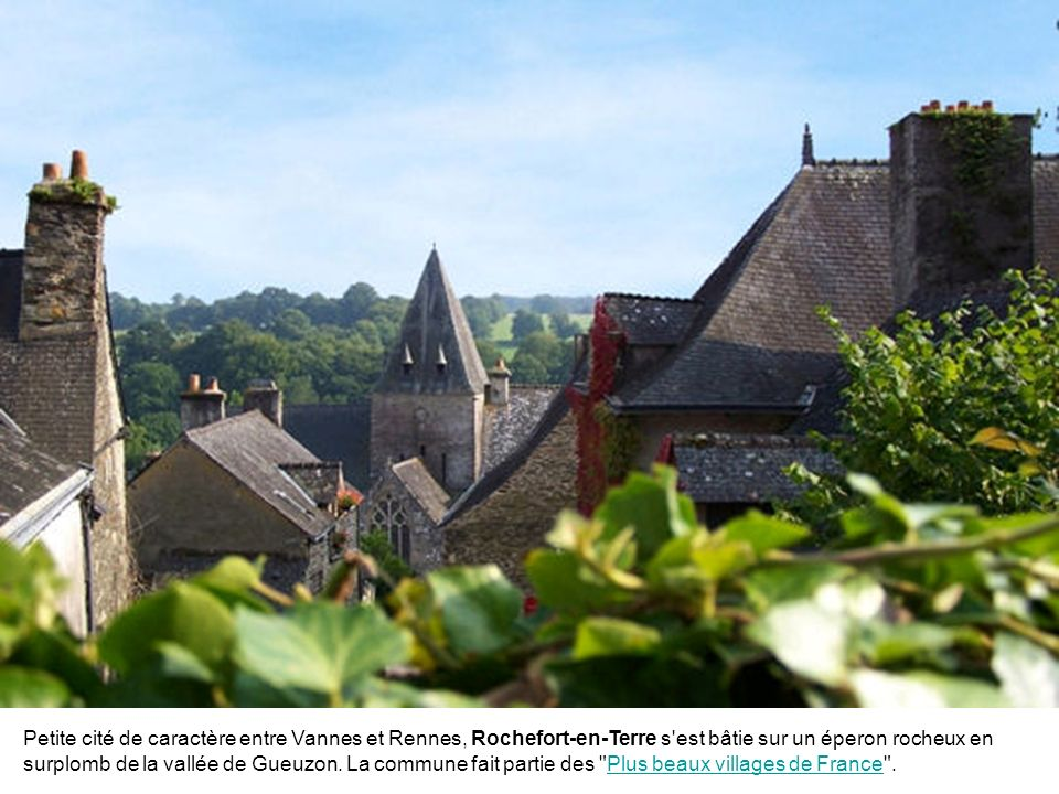 La petite île de Saint-Cado se trouve dans la ria d'Etel, dans le département du Morbihan. Reliée à la terre par un petit pont de pierre, elle vaut le