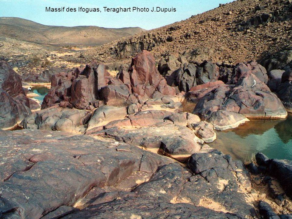 Dans l'Adrar de Tighargâr, le renseignement joue un rôle clef. Les frappes aériennes françaises visent des dépôts, des abris ou des camps grâce à des