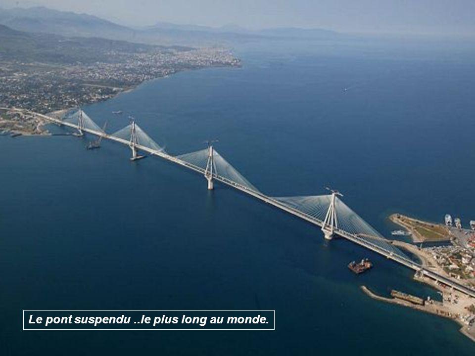 L'inauguration officielle du pont s'est déroulée le 8 août 2004, avec le passage de la flamme olympique, et des membres de l'équipe de football olympi