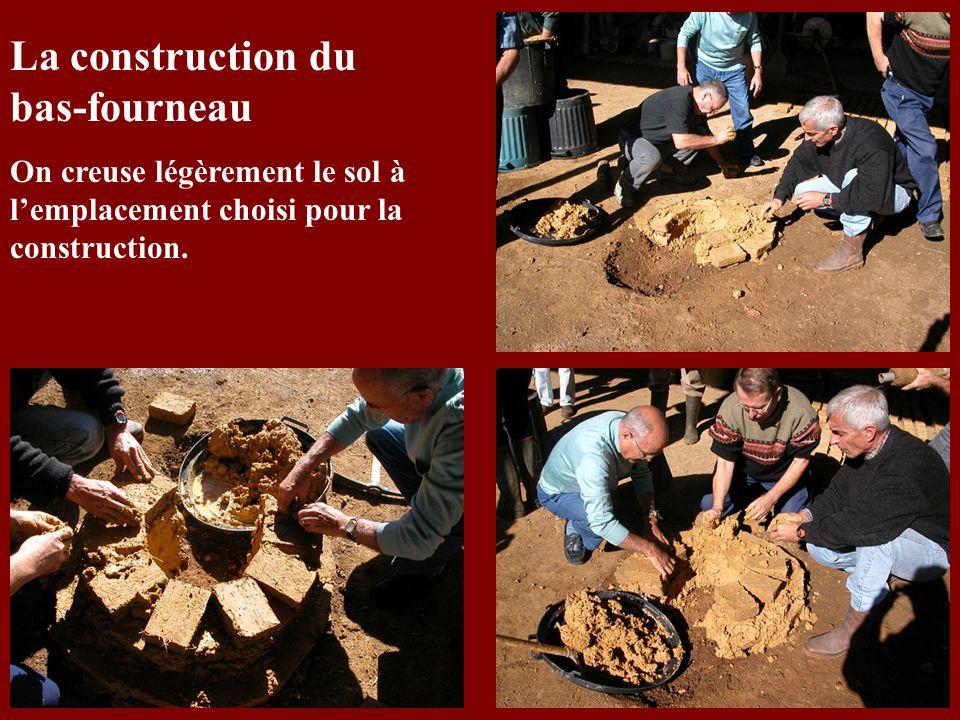 La construction du bas-fourneau On creuse légèrement le sol à lemplacement choisi pour la construction.
