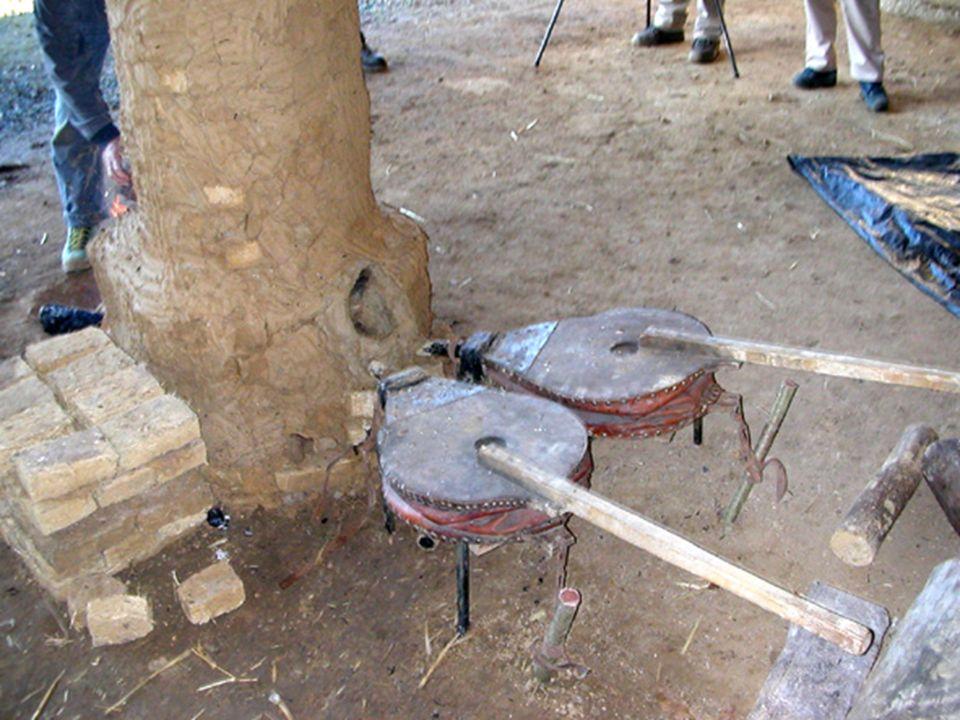 Installation des soufflets à larrière du bas- fourneau sur la tuyère la plus basse.