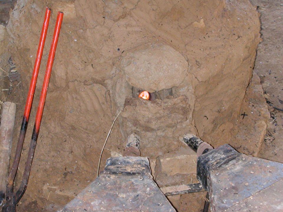 Réduction du minerai de fer Un feu est allumé à lintérieur du bas-fourneau.