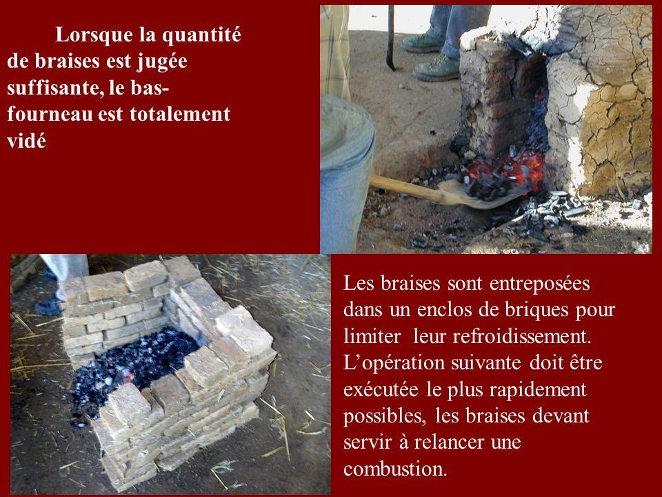 Lorsque la quantité de braises est jugée suffisante, le bas- fourneau est totalement vidé Les braises sont entreposées dans un enclos de briques pour limiter leur refroidissement.