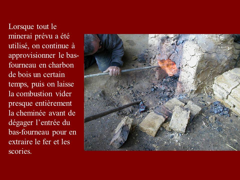 Lorsque tout le minerai prévu a été utilisé, on continue à approvisionner le bas- fourneau en charbon de bois un certain temps, puis on laisse la combustion vider presque entièrement la cheminée avant de dégager lentrée du bas-fourneau pour en extraire le fer et les scories.