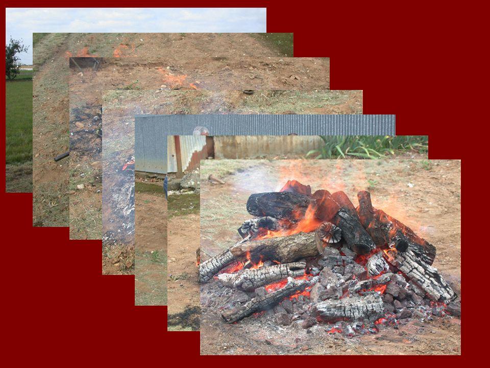 Construction de la cheminée à laide dun guide La paroi intérieure de la chambre de combustion et de la cheminée est lissée avec de la barbotine de sorte que le charbon de bois et la poudre de minerai de fer puissent descendre régulièrement.
