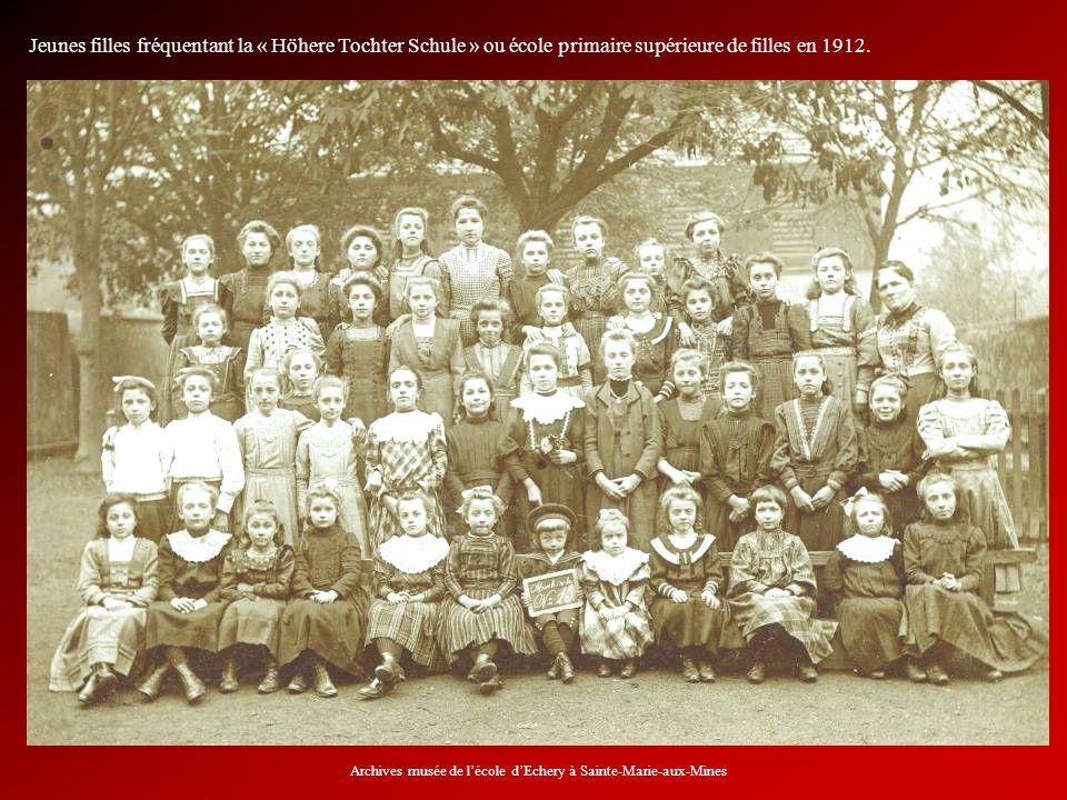 Jeunes filles fréquentant la « Höhere Tochter Schule » ou école primaire supérieure de filles en 1912. Archives musée de lécole dEchery à Sainte-Marie