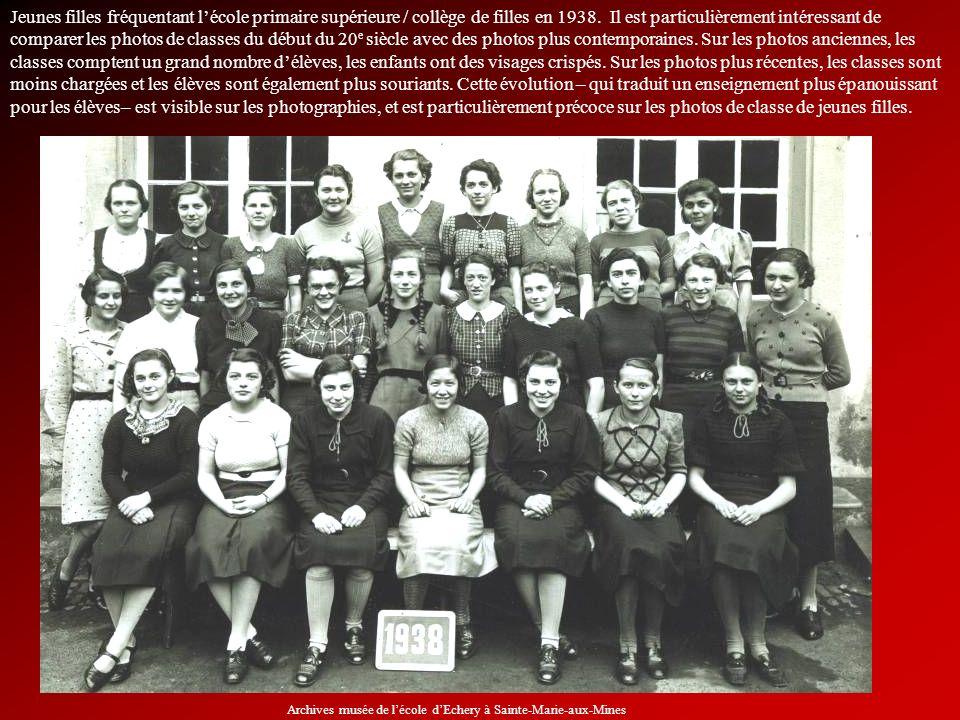 Jeunes filles fréquentant lécole primaire supérieure / collège de filles en 1938. Il est particulièrement intéressant de comparer les photos de classe