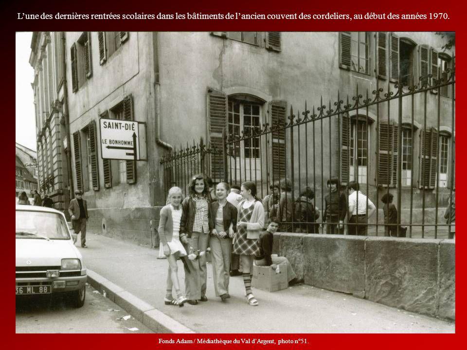 Lune des dernières rentrées scolaires dans les bâtiments de lancien couvent des cordeliers, au début des années 1970. Fonds Adam / Médiathèque du Val