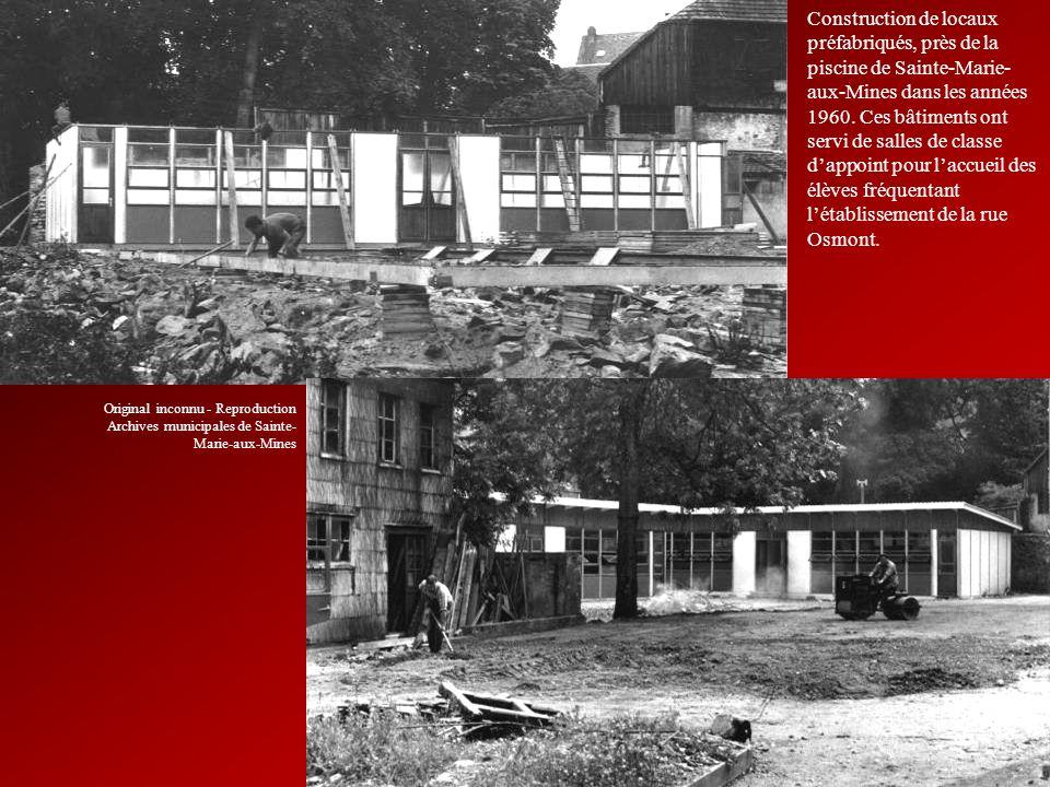 Construction de locaux préfabriqués, près de la piscine de Sainte-Marie- aux-Mines dans les années 1960. Ces bâtiments ont servi de salles de classe d