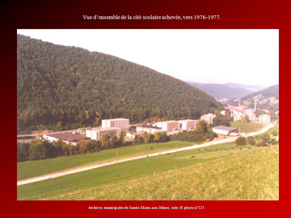 Vue densemble de la cité scolaire achevée, vers 1976-1977. Archives municipales de Sainte-Marie-aux-Mines, série Fi photo n°221.
