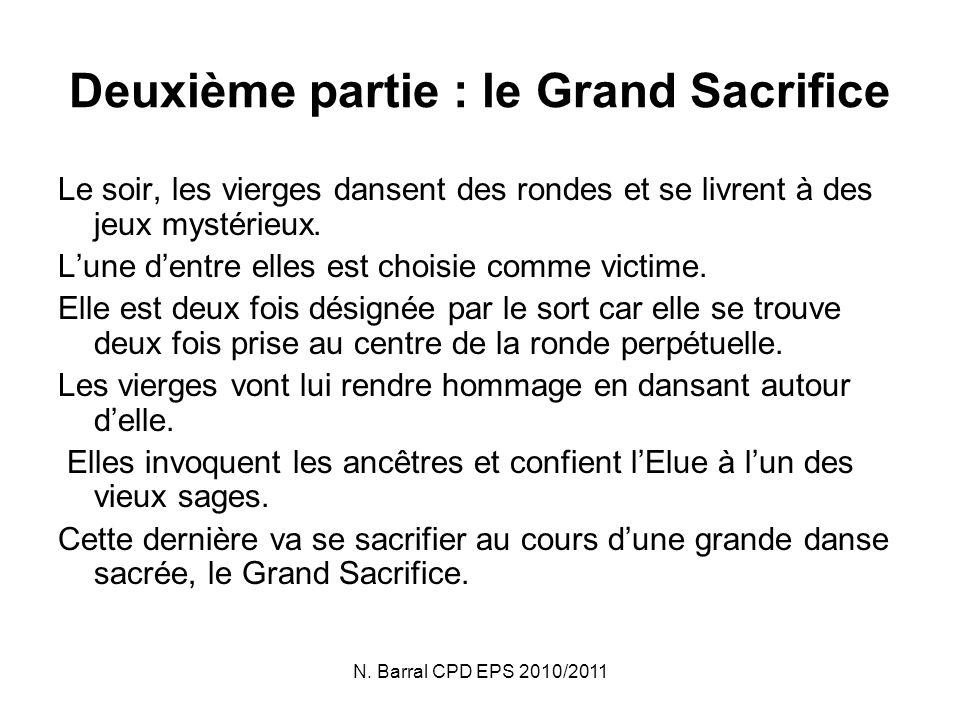N. Barral CPD EPS 2010/2011 Deuxième partie : le Grand Sacrifice Le soir, les vierges dansent des rondes et se livrent à des jeux mystérieux. Lune den