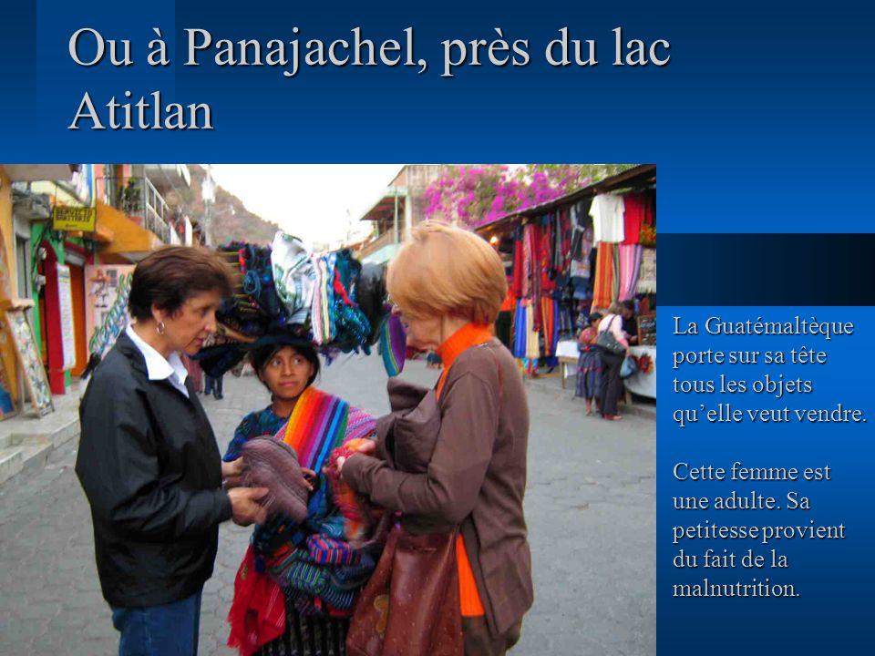 Ou à Panajachel, près du lac Atitlan La Guatémaltèque porte sur sa tête tous les objets quelle veut vendre. Cette femme est une adulte. Sa petitesse p