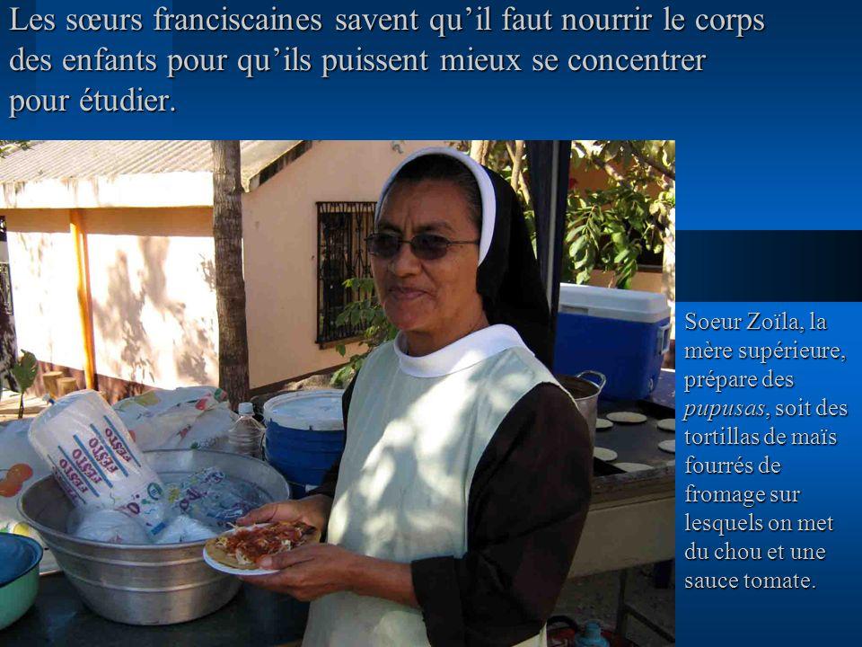 Les sœurs franciscaines savent quil faut nourrir le corps des enfants pour quils puissent mieux se concentrer pour étudier. Soeur Zoïla, la mère supér