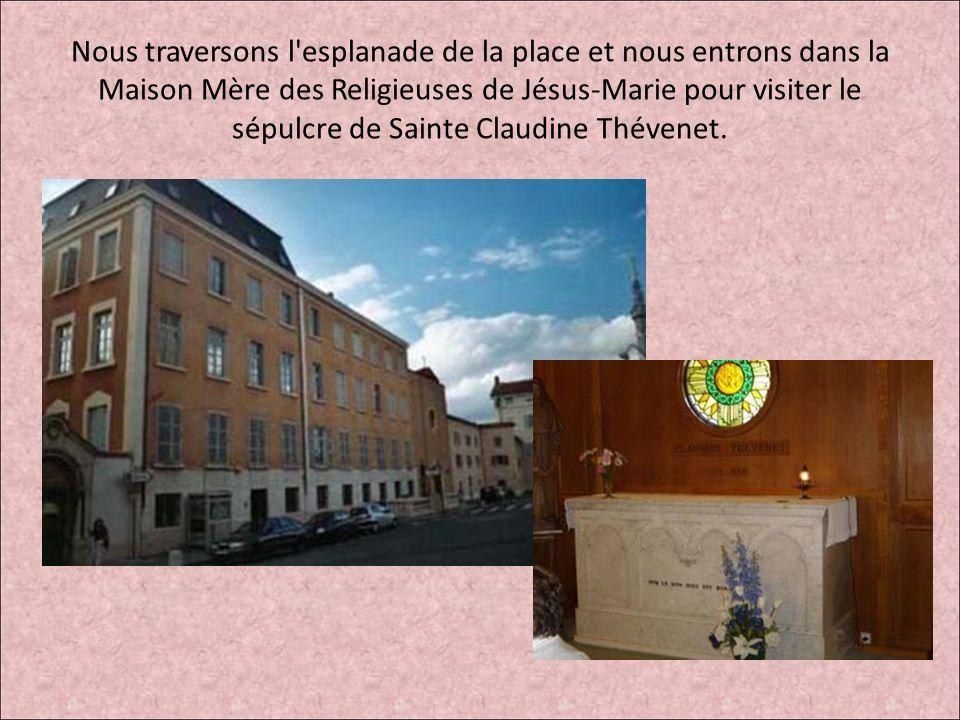 Nous traversons l esplanade de la place et nous entrons dans la Maison Mère des Religieuses de Jésus-Marie pour visiter le sépulcre de Sainte Claudine Thévenet.