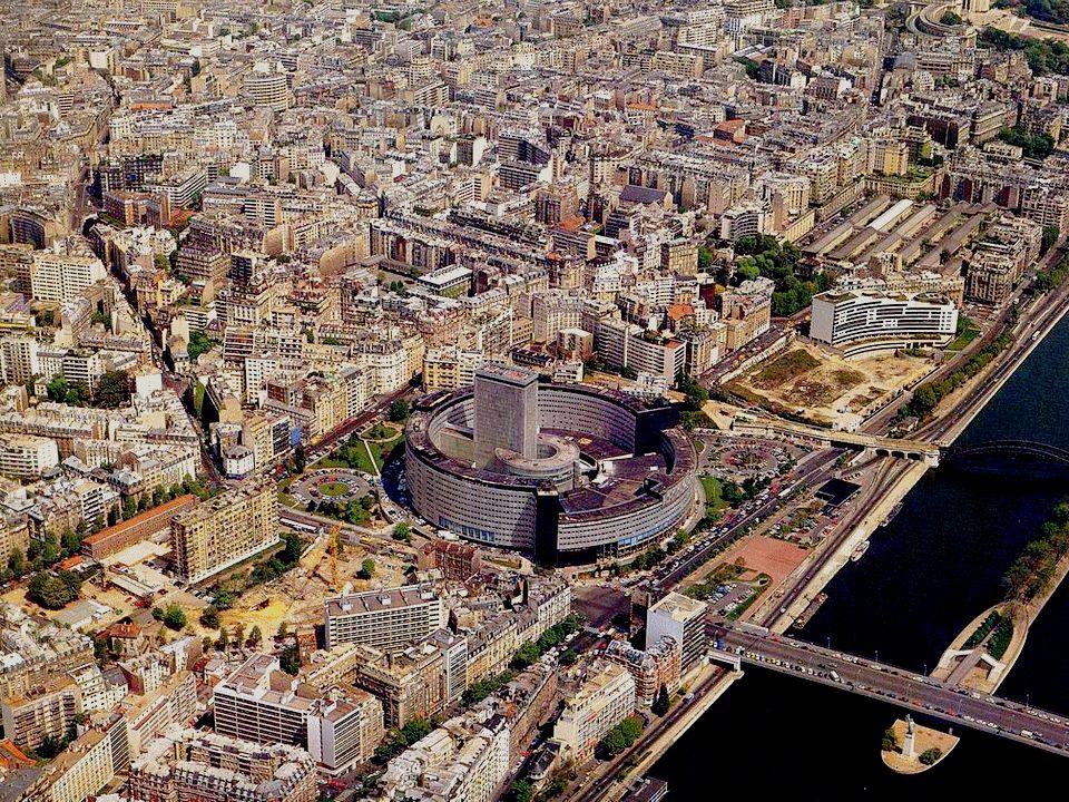 Pour terminer notre survol de Paris, cet édifice construit en cercle : La Maison de la Radio. Construite en 1963, elle abrite les différents services