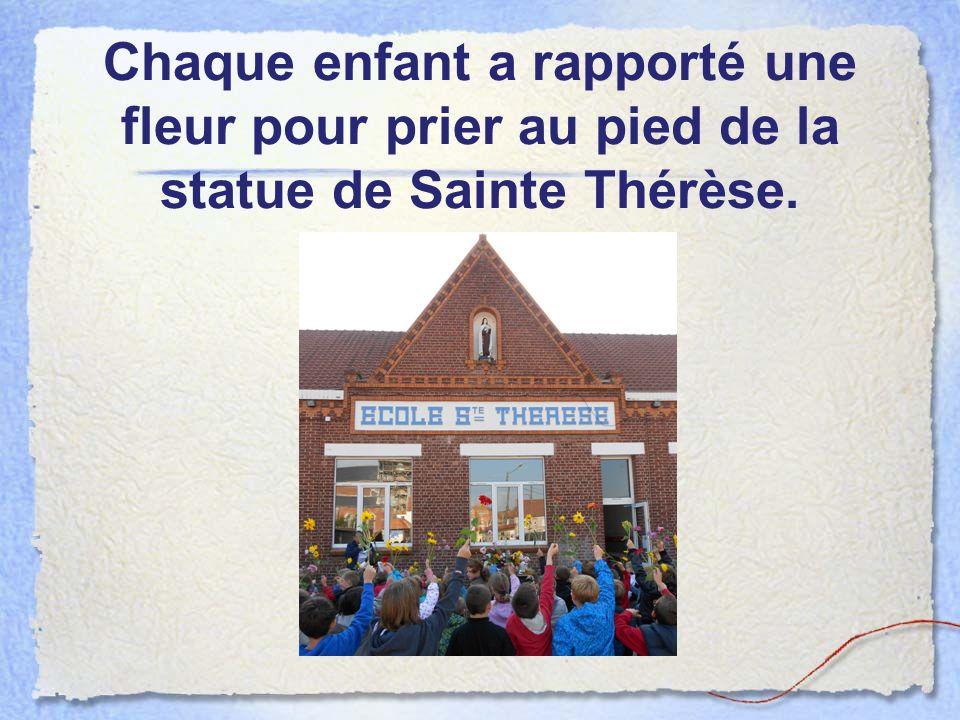 Chaque enfant a rapporté une fleur pour prier au pied de la statue de Sainte Thérèse.