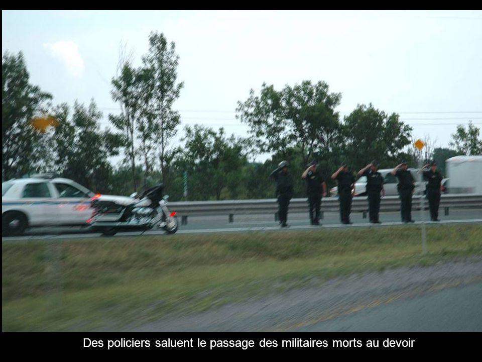 Des policiers saluent le passage des militaires morts au devoir