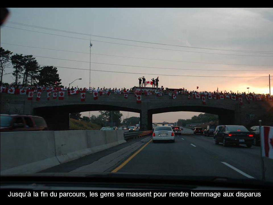 Jusquà la fin du parcours, les gens se massent pour rendre hommage aux disparus